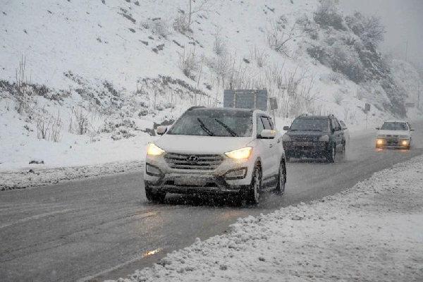 بارش برف در محورهای مواصلاتی استان قزوین شروع شد